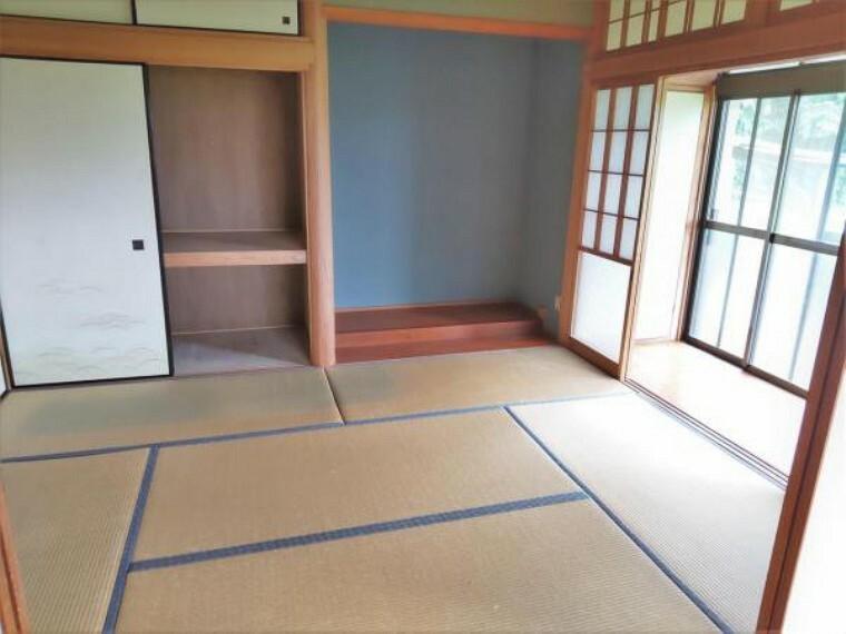 【リフォーム前写真】リビング横の和室6畳のお部屋です。畳の表替え、壁はクロス張替え、天井は清掃を行います。照明交換も行います。