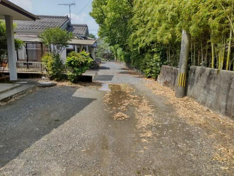 駐車場 【リフォーム前写真】敷地内はこれから整地を行い、砕石敷き込みをしていきます。防犯、除草に安心です。