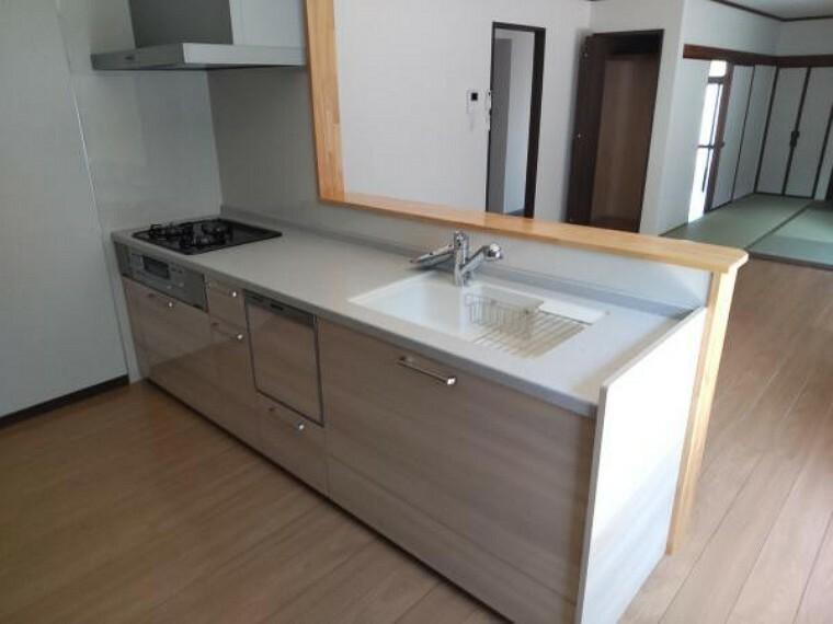 キッチン 【同仕様写真】キッチンは永大産業製の新品に交換します。水はねを抑える静音シンクを標準採用。家族との会話を妨ぎません。食洗器付きになります。