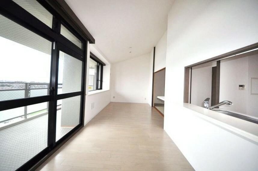 居間・リビング 明るく開放感たっぷりの広々LDK約15.9帖。壁と天井のクロスやフローリングをきれいに張替えました。