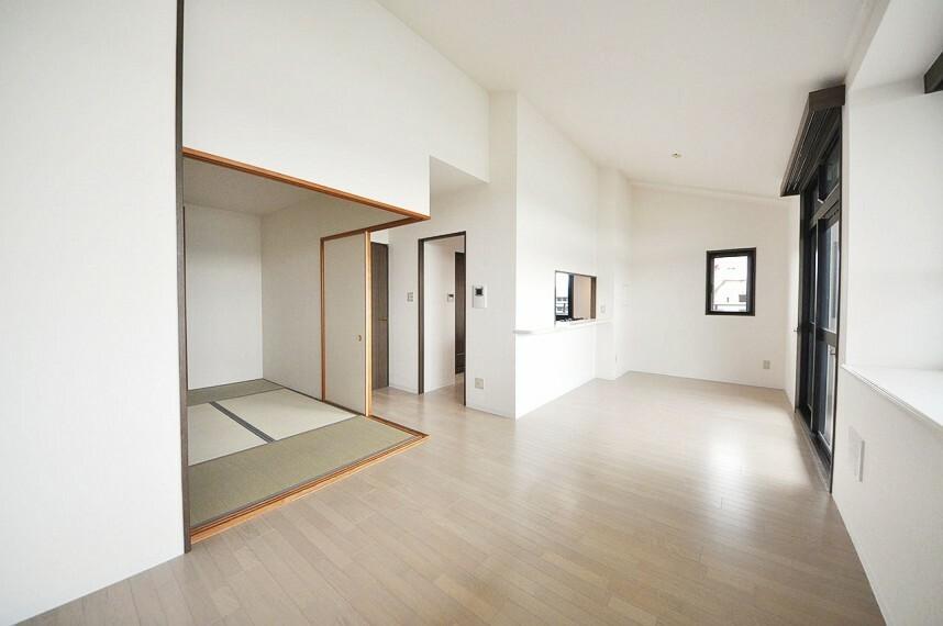 居間・リビング 採光たっぷりの明るいLDKは、続き間の和室の襖を開放すればさらに広々空間が実現。ゆったり寛げます。