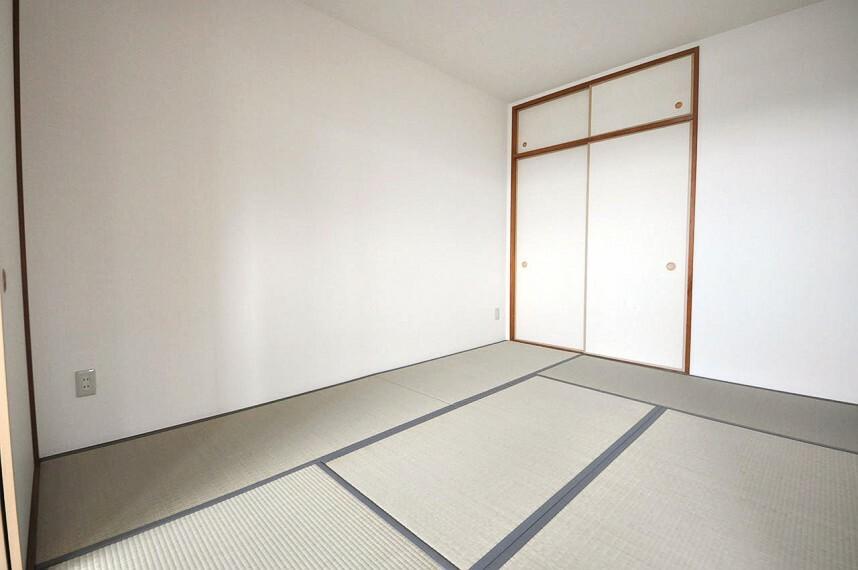 和室 LDKの和室6帖。クロスの張替えや畳の表替えなどリフォーム済み。客間や寝室に活用しやすいお部屋です。