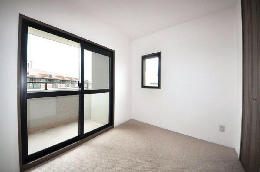 洋室 玄関入って左側。バルコニーに面した明るい洋室約4.5帖。クロスや床のカーペットを張替えました。