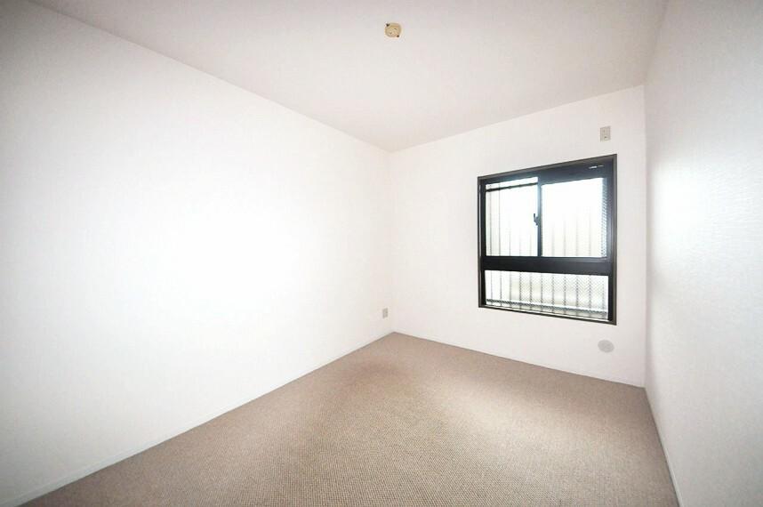 洋室 玄関入って右側。約6帖の洋室は、柱の出っ張りがなく家具などを設置しやすいすっきりとしたお部屋です。