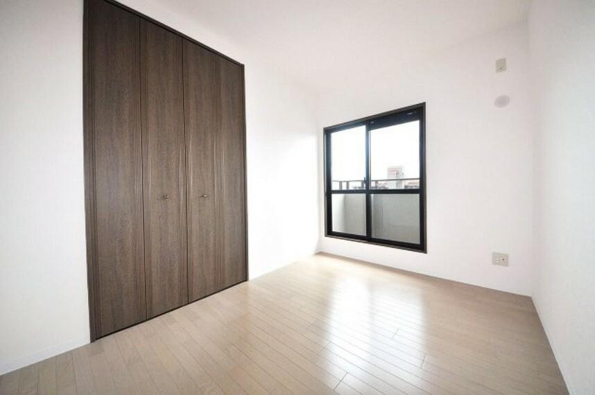 洋室 洋室約5帖。お部屋に面したバルコニーは、リビングやキッチン側のバルコニーに繋がっています。