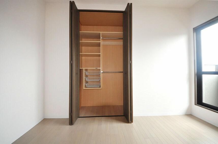 収納 約5帖の洋室は、クロスやフローリングを張替えました。クローゼット内のフローリングも張替え済みです。