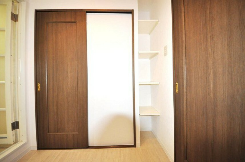 収納 廊下とキッチンに出られる2WAYの洗面所。タオルや洗剤などのストック置き場に便利な収納棚があります。