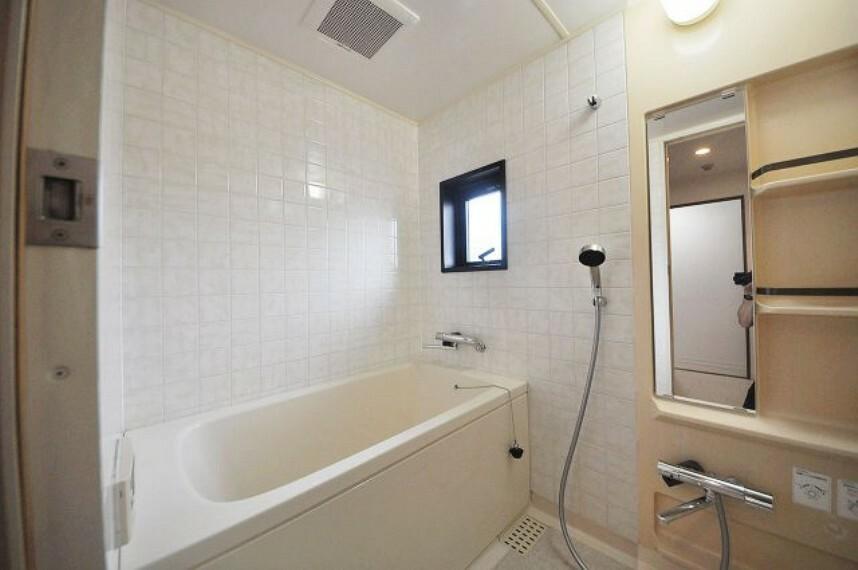 浴室 換気がしやすい窓付きのシステムバス。鏡やカランは新調済みです。