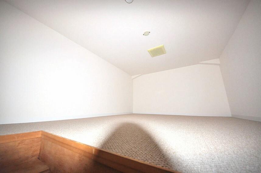 収納 最上階につき、廊下の上部に屋根裏収納があります。普段使わない物や季節の家電などの収納に便利です。