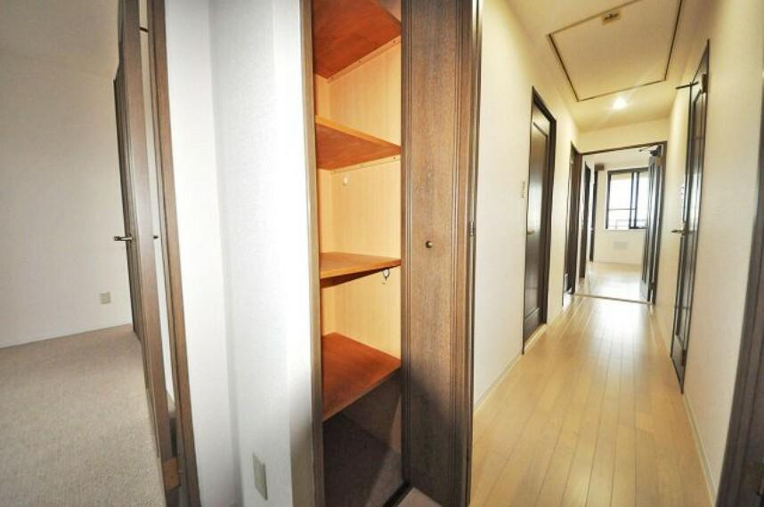 玄関 廊下にも棚付きの物入があり便利。玄関や廊下もクロスやフローリングをきれいにリフォーム済みです。
