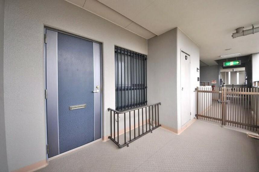 玄関 広々とした玄関ポーチ。自転車やベビーカーを置いたり、ガーデニングスペースにも出来ます。