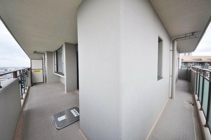 バルコニー リビング側とキッチンから洋室約5帖側に繋がるバルコニー。