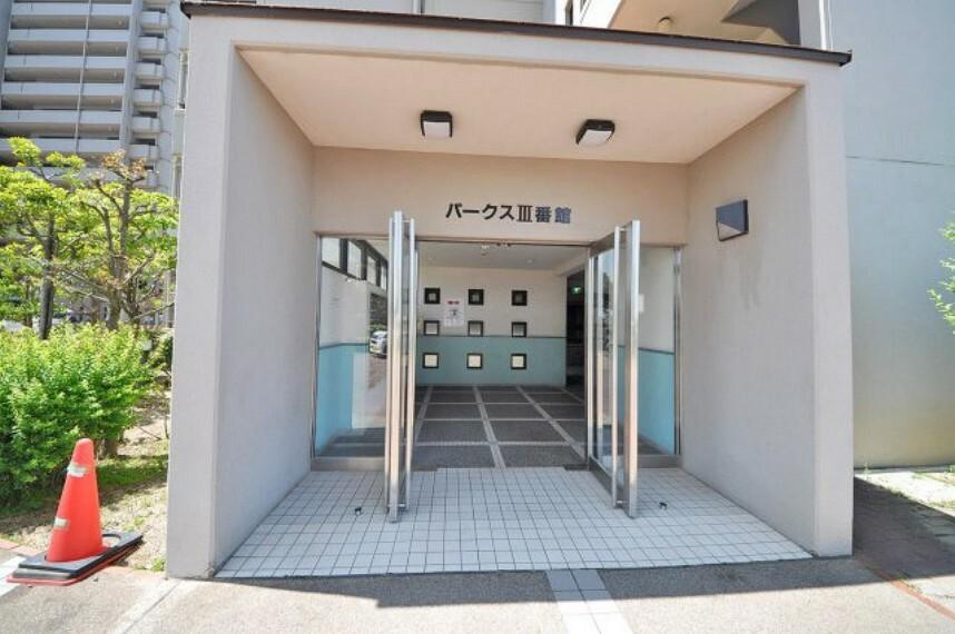 エントランスホール 入口。ペット可(条件付)。和泉府中駅まで直行のシャトルバスの運行あり(別途乗車運賃・運行費必要)