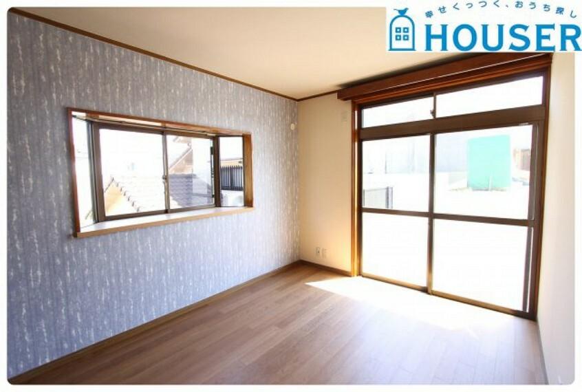 居間・リビング 南向き、窓2面により日当たりが良く風通しの良い部屋です。