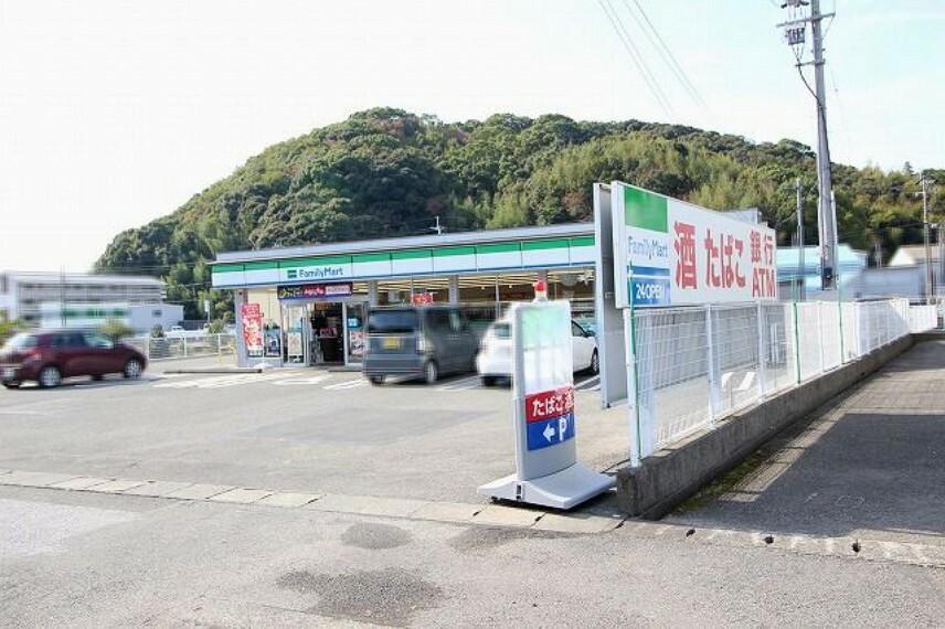 コンビニ 【コンビニエンスストア】ファミリーマート 高知長浜店まで527m