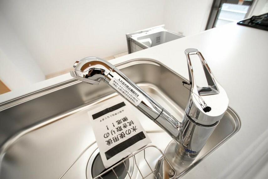 発電・温水設備 一つの蛇口で原水・シャワー・浄水を切り替えられる、浄水器。