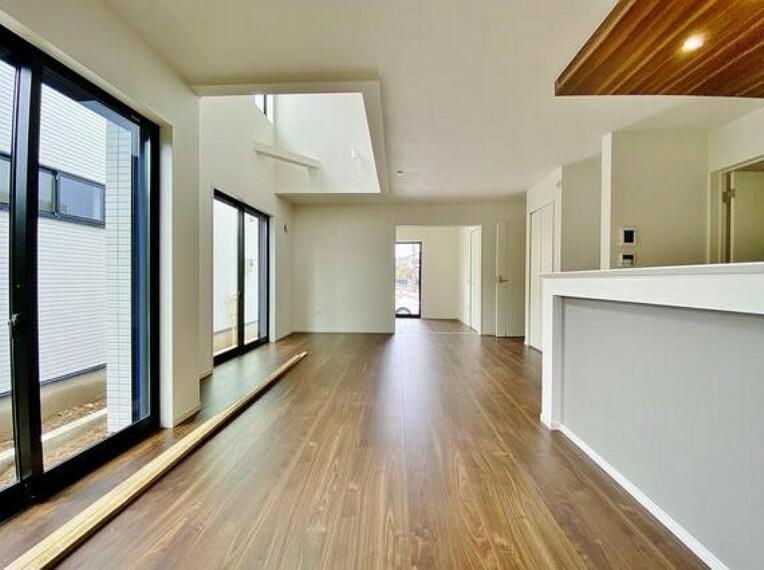 居間・リビング 通風と採光を考慮したリビングは地域の鼓動を感じながらお寛ぎ頂くことが可能です。