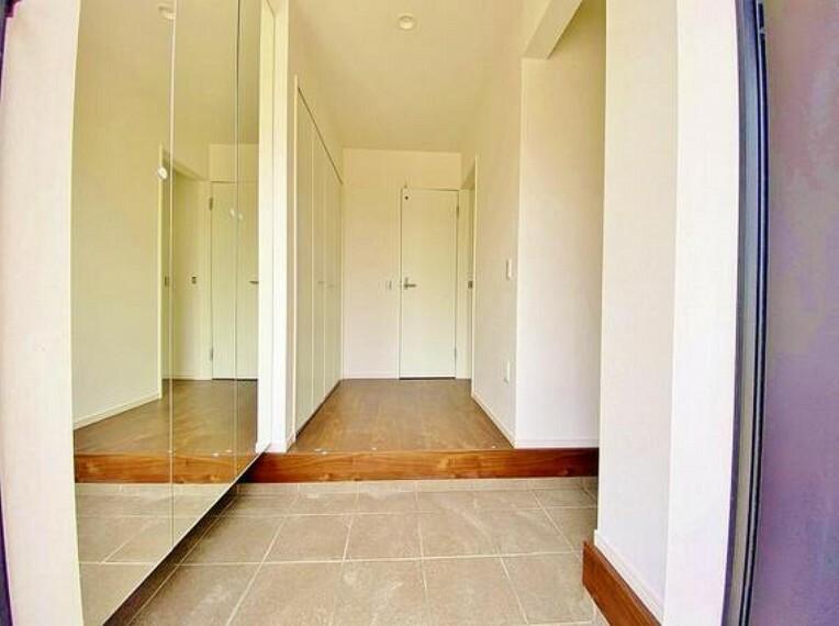 玄関 ゲストを招き、家族を迎える玄関は、ディスプレイや照明にこだわってみてはいかがでしょうか。
