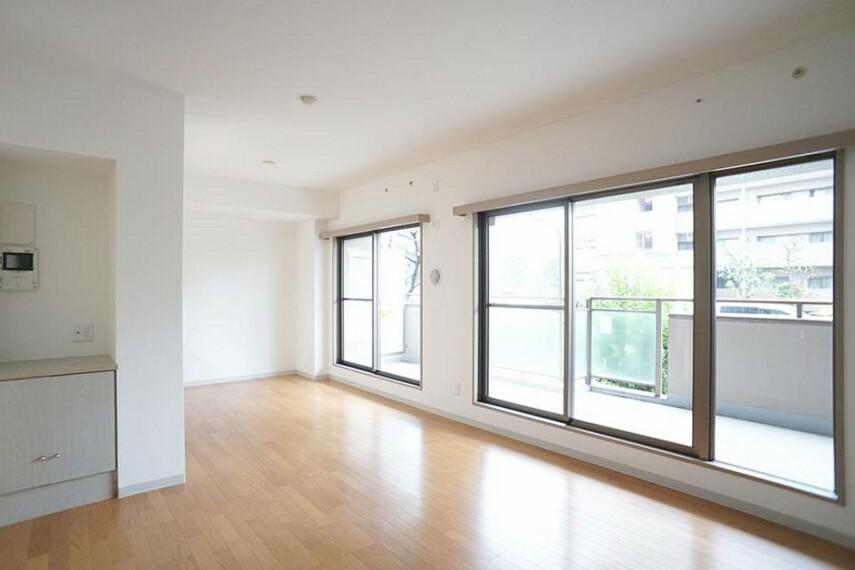 居間・リビング ~living room~  大きな窓からたっぷりの陽射しが射し込む  9月3日撮影