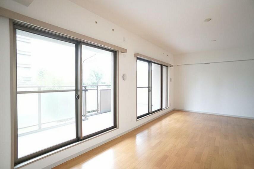 居間・リビング ~living room~  休日はお陽さまの光をたっぷりととりこめるぽかぽかリビングで過ごしませんか?  9月3日撮影