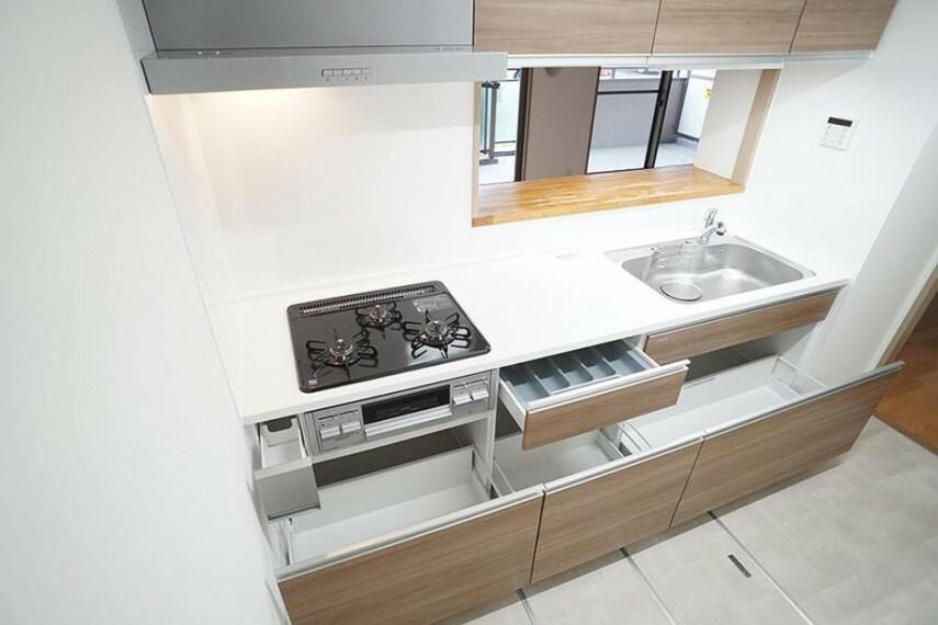 キッチン ~kitchen~ 収納たっぷりなので調理器具や調味料も出し入れしやすいですね。  9月3日撮影
