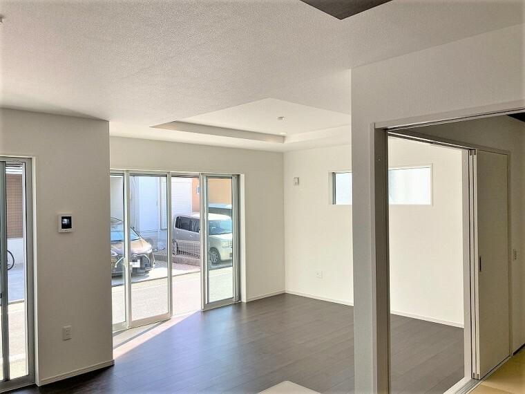 居間・リビング 大きな窓から陽の光がたっぷり注ぐ、明るいリビングです