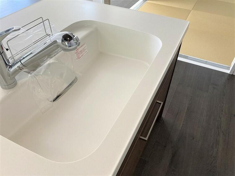 キッチン 広めのシンクで洗い物もしやすいですよ!引き出し式のシャワーヘッドになっているのでシンクのお掃除も楽々