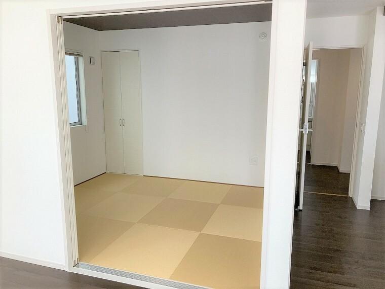 和室 リビング横のお部屋の扉を開ければ広く使っていただけます お子様の遊び場、お昼寝スペースなど、様々な用途としてお使いいただけます