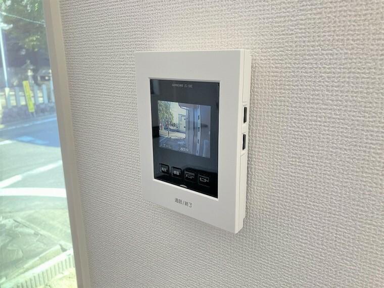防犯設備 モニター付きインターホンは、来客の際に来訪者のお顔を確認できるので安心です!