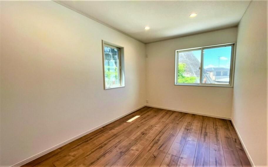 外観・現況 収納もしっかりとれていて、陽当たりも良く明るい居室。