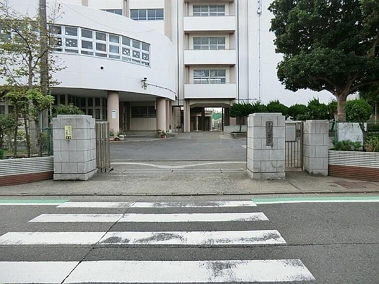 中学校 横浜市立六浦中学校 学校教育目標:自ら学び粘り強く学習する態度を育て、基礎学力の定着を目指します。