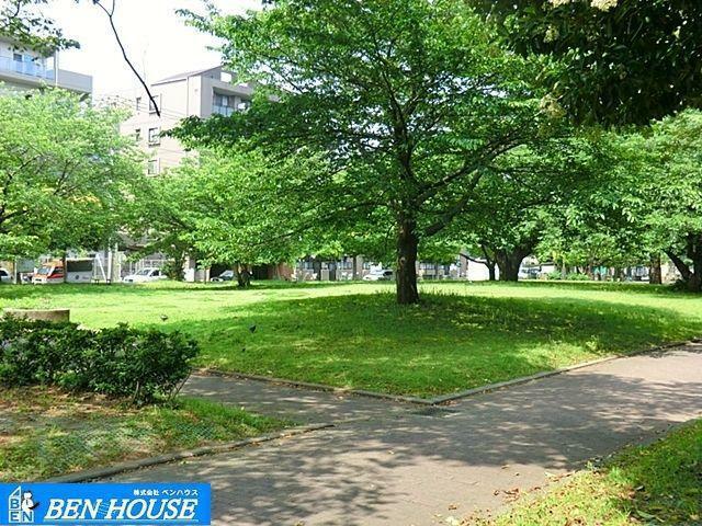 公園 汐入公園 徒歩5分。四季の移ろいを感じる緑豊かな住環境です。