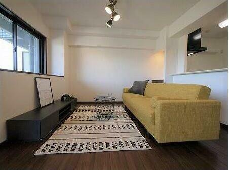 リビングダイニング 三人掛けソファーで家族の団欒、休みの日のうたた寝、洗濯物などの家事スペースとしても有用です。