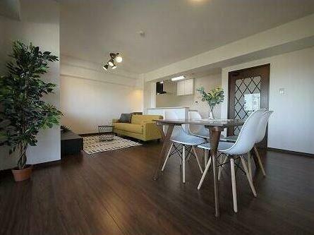 ダイニング 家具を置いてもスペースに余裕があり、ゆったり過ごせる空間です。