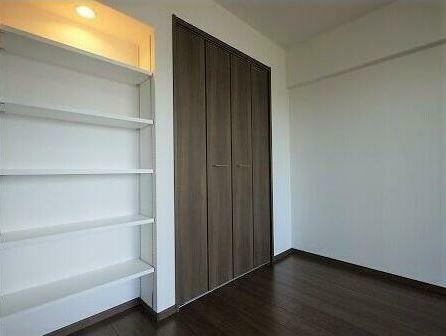 寝室 タイプの違う収納を設置! 本屋置物、左の可動棚は写真の収納にピッタリです。