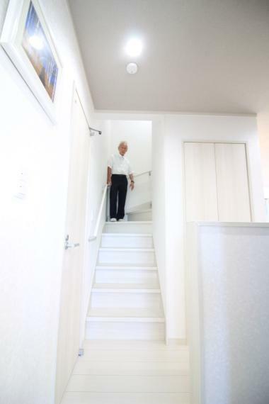 【2Fロビーより中3Fへ上る固定階段】 荷物を持ったまま上れる便利な固定階段