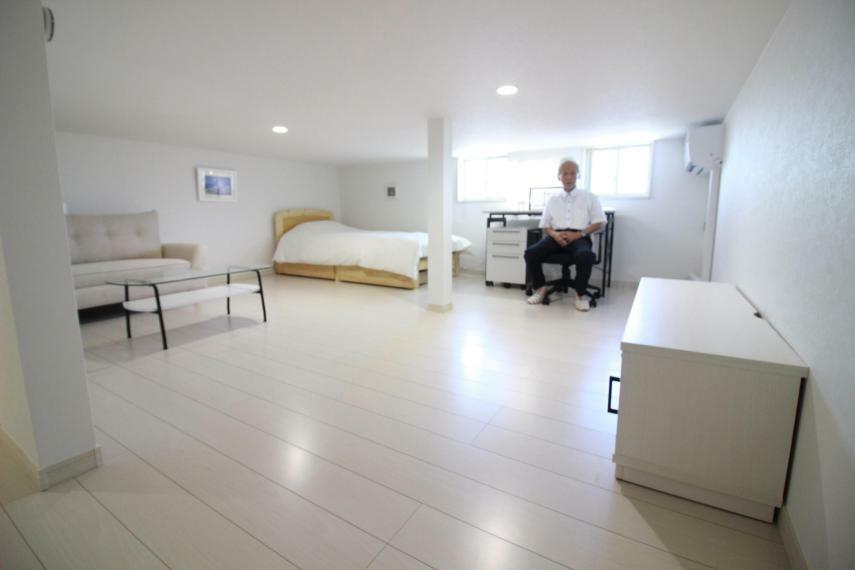 洋室 【約12帖中3F書斎兼寝室】天井高1m40 空気清浄機能付エアコン、家具一式付で快適に過ごせます。