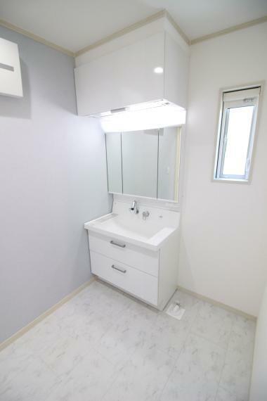 洗面化粧台 【収納たっぷりの洗面化粧台】 上部に昇降式吊戸、シャワー水栓付