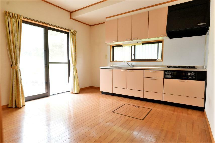 キッチン 2面採光で明るいダイニングキッチン。換気やお料理の荒熱冷ましにも便利な小窓つきです!