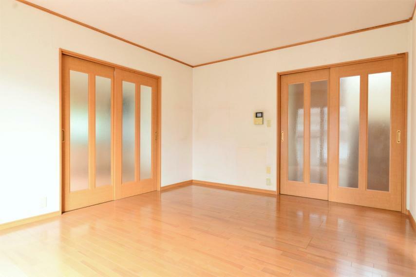居間・リビング ダイニングキッチンと別れているので閉めれば独立、開ければ続き間としてお使いいただけます。