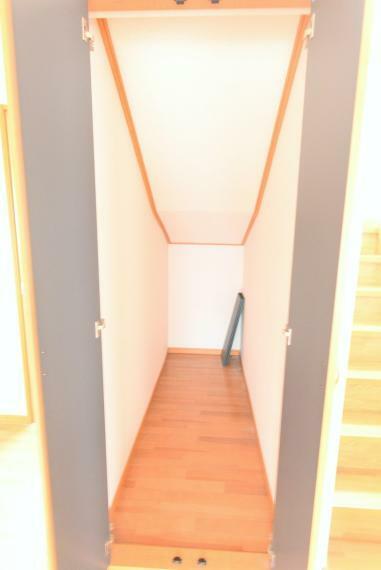 収納 階段下の空間を有効活用した収納スペース