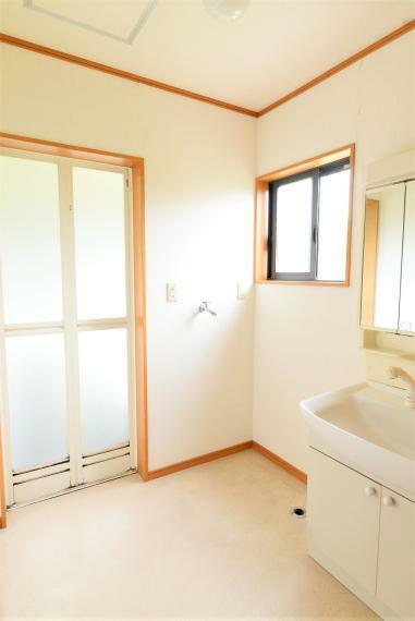 脱衣場 1階洗面脱衣所。小窓があり明るく風通しもいいです。