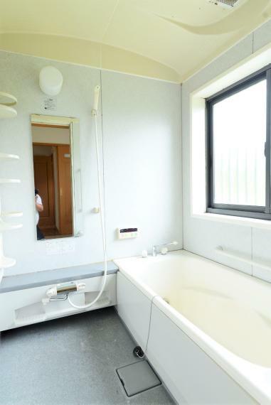 浴室 足を伸ばせるゆったりとした広さのバスルーム。