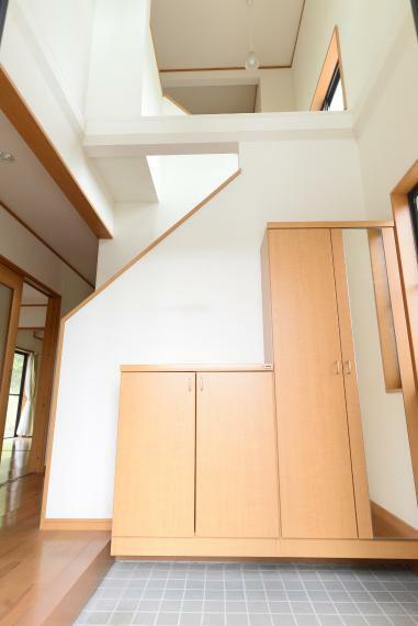 玄関 明るく開放的な吹抜仕様の玄関