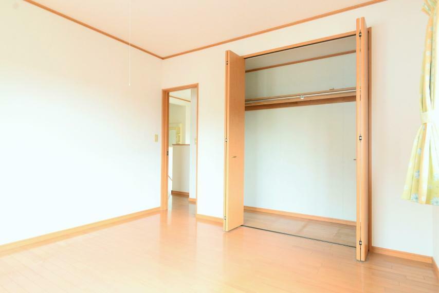 洋室 洋室8帖。各居室に収納完備。お子様の成長に合わせて荷物が増えても置場に困りません。