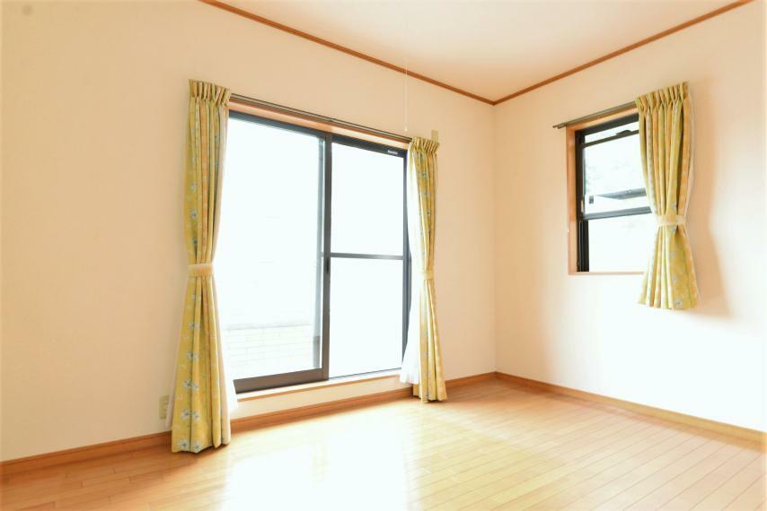 子供部屋 洋室6帖。大きな窓からは暖かな陽光が広がり、プライベートルームを快適にお使いいただけます。