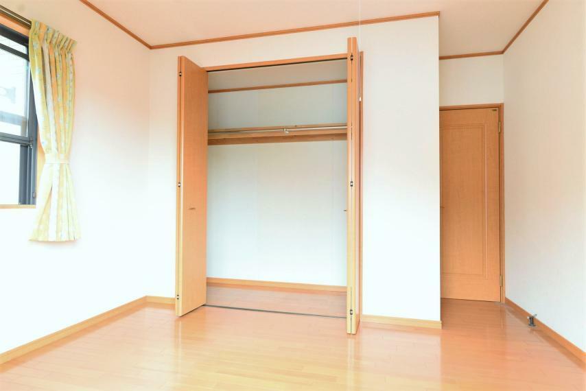 子供部屋 洋室6帖。吊り棚とハンガーパイプつきで使いやすいクローゼット。