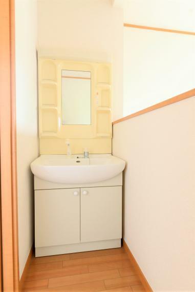 洗面化粧台 2階洗面台。朝の混みあう時間も快適!