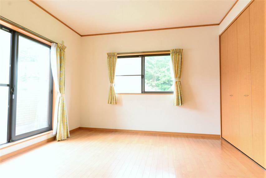 寝室 洋室8帖。落ち着いた色合いの室内で特別な時間をお過ごしください