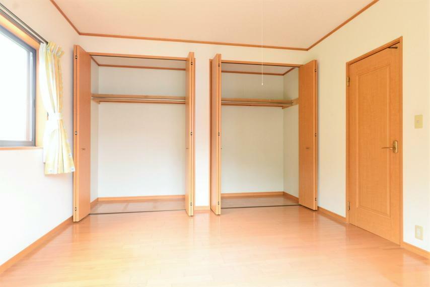 寝室 洋室8帖。クローゼットが二つあり、夫婦それぞれで使い分けすることもできます。